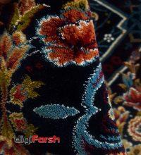 فرش ماشینی کاشان 700 شانه طرح گلدانی زمینه سرمه ای صددرصد اکرلیک تراکم 2550 کد 700629