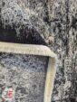 پشت فرش ماشینی فانتزی طرح پتینه گل برجسته زمینه کرم سرمه ای کد 11-846