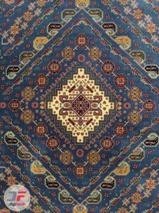 ترنج وسط فرش طرح گبه زمینه آبی کاربنی کد 106
