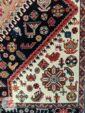 نمای نزدیک فرش ماشینی طرح قشقایی زمینه سرمه ای کد 105
