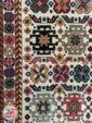 نمای نزدیک از فرش ماشینی سنتی و دستباف گونه زمینه کرم کد 108