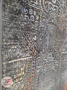 نمایی از حاشیه فرش ماشینی طرح کهنه نمای فانتزی زمینه طوسی مشکی کد 20
