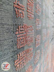 نمای نزدیکی از فرش کهنه نمای گل برجسته فانتزی زمینه مشکی نارنجی کد 89