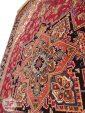 نمای بالا فرش ماشینی قشقایی طرح هریس با زمینه لاکی کد 101