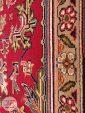نمای نزدیک فرش ماشینی قشقایی طرح هریس با زمینه لاکی کد 101